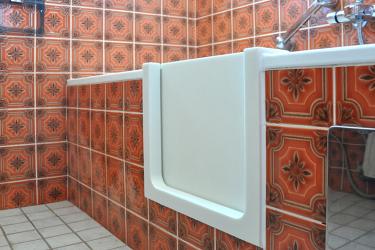 Badewannene mit Fliesen und Tür